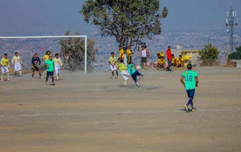 Juego de futbol en Chimalhuacán, en el cerro desde donde se ve el Lago Nabor Carrillo. Foto: Daliri Oropeza.