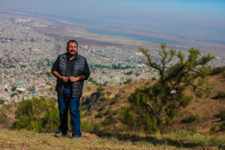 Abraham desde el cerro donde se observa el nabor carrillo y la destrucción del NAICM. Foto: Daliri Oropeza