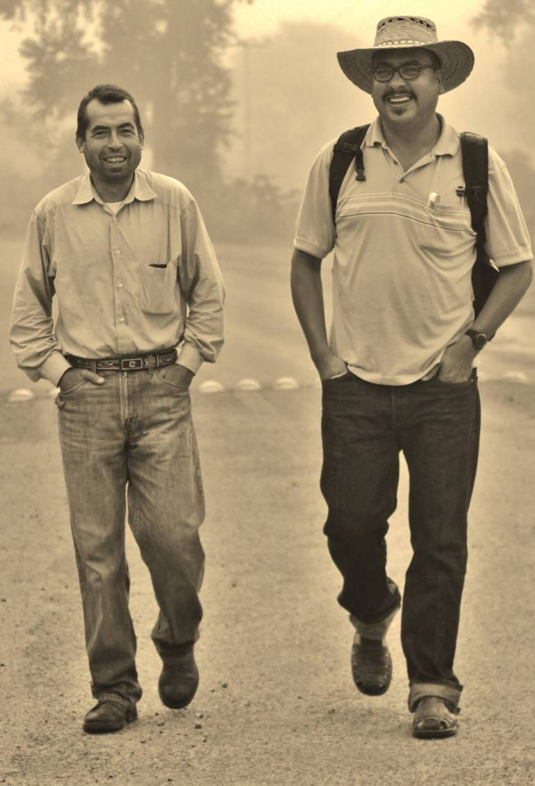 Guadalupe Espinoza camina con el padre Gabriel, de Temacapulín. Foto: foto Marcos Benito Zapata