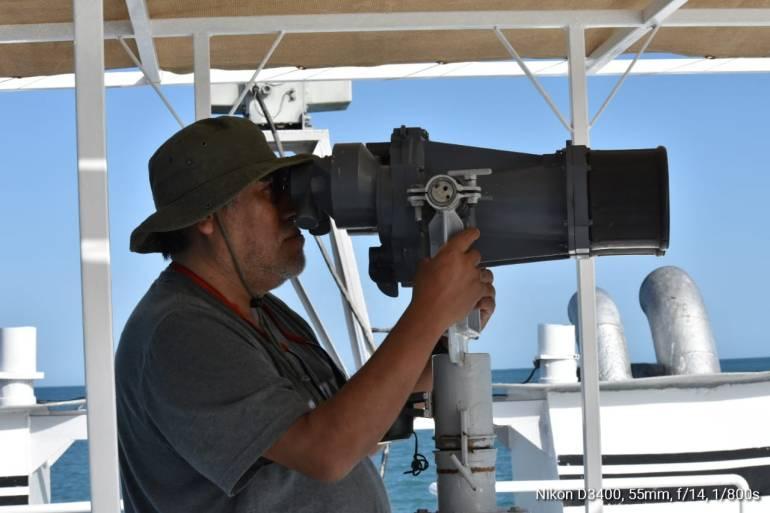 Binoculares para buscar la vaquita marina. Fotos tomadas del sitio de Facebook del Programa de Investigación en Mamíferos Marinos de la UABCS, La Paz, México.
