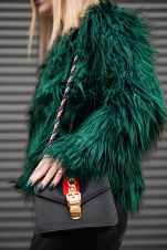 mujer con chaqueta de color verde a la moda