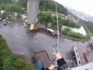 Bei der Mega Swing geht es zwölf Meter im freien Fall am Seil herunter