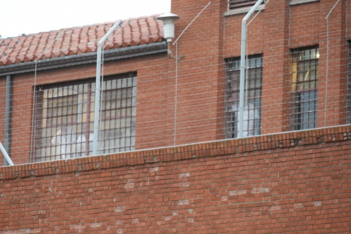 Gevangenen zijn zichtbaar vanaf de straatkant