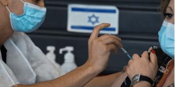 Una israelí recibe una dosis de vacuna contra el coronavirus el 6 de enero de 2021. AP - Sebastian Scheiner