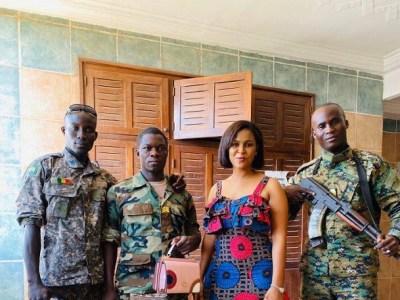 Fatou Gnelloy Diallo avec ses gardes de corps