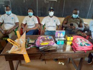 Des kits scolaires aux élèves de l'île de Fotoba