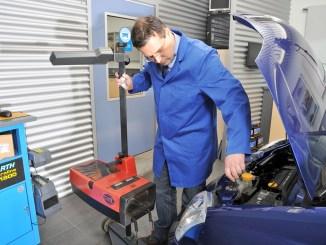 Eine korrekte Scheinwerfereinstellung ist nur mit dem professionellen Equipment einer Kfz-Werkstatt möglich. - Foto: djd/ProMotor