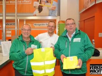 Bernd Schindler (l.) und Andreas Meng (re., Verkehrswacht Flensburg) freuen sich über die großzügige Spende von Florian Boldt (OBI Flensburg). Foto: Verkehrswacht Flensburg e. V.