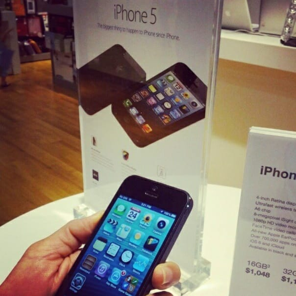 iPhone 5 in Singapore. Image credit: Vernonchan.com