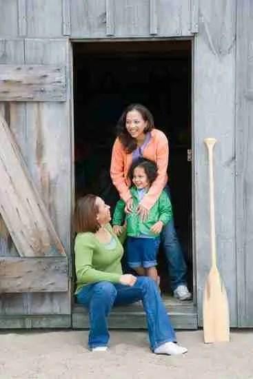 autumn photoshoot family in barn door