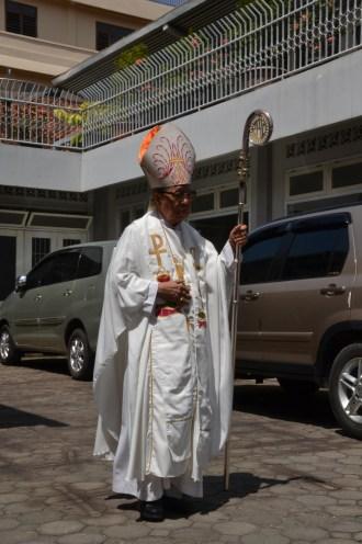 Mgr. Henri di pelataran katedral Tanjungkarang