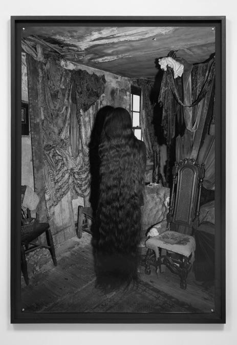 Photographie noir-blanc d'une femme avec de très longs cheveux