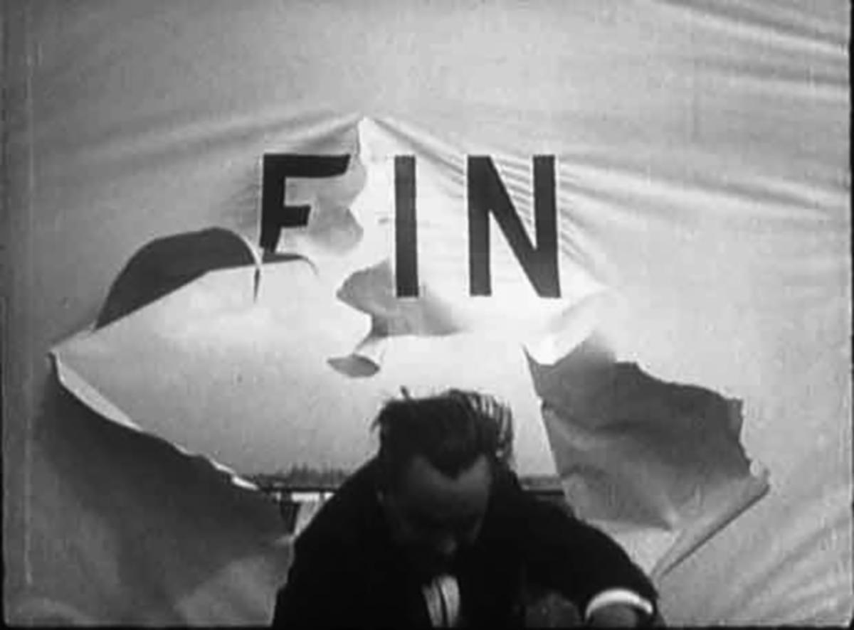Un homme traverse l'écran et le mot fin
