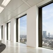 Edificio Opernturm con cortinas enrollables Verosol tejido SilverScreen