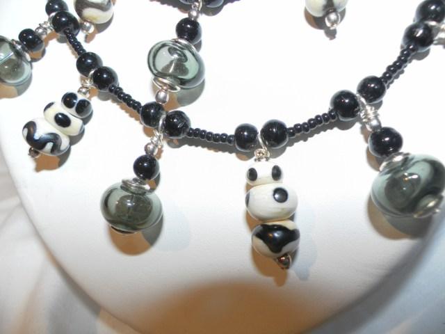 détail du collier noir et blanc
