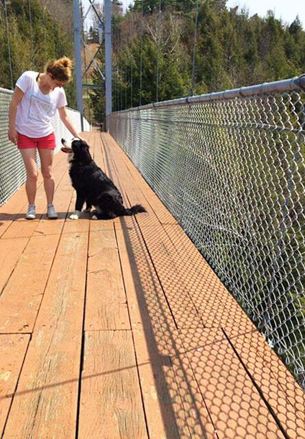 Photo de Sarah au Gorge de la Coaticook pour notre article Top 7 – Randos à faire avec votre chien – Partie 2