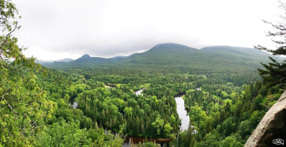 Image en via ferrata pour notre article au Mont-Tremblant sur les sentiers de la Roche, La Coulée et La Corniche