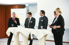 Versicherungsmakler Sven Erichsen, Sven Roehl (MSG), Alexander Stampf (Tokio Marine HCC) und die Moderatoren Herbert Fromme und Anna Gentrup