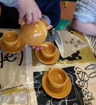 avec un service à thé en porcelaine