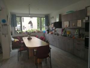 Die Wohnküche mit großem Tisch