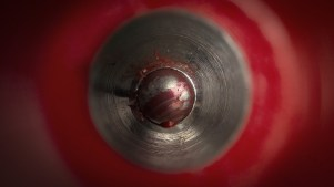 la punta di una biro rossa