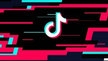 Логотип TikTok на фоне фирменных цветов приложения