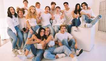 Четырнадцать молодых парней и девушек в белых футфолках и синих джинсах