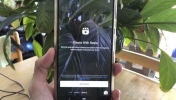 Рука держит смартфон, на экране которого открыт Reels