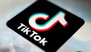 Лого и надпись ТикТок на чёрном и затем белом фоне