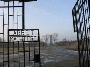 """""""El trabajo os hará libres"""", inscripción que daba la bienvenida en Auschwitz. Imagen extraída de Google."""