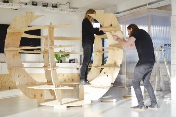 Mads-Ulrik Husum und Sine Lindholm bauen einen Growroom auf