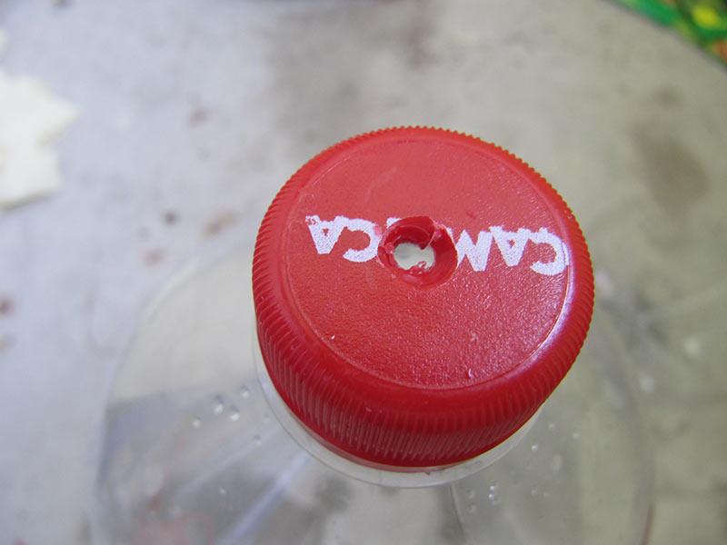 Bohre ein Loch in den Deckel der letzten Flasche – dieser bleibt auf dem Drehgewinde