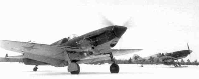 Истребители ЛаГГ-3 на взлёте. Зима 1941-42 гг.