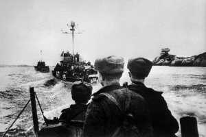Катера с советскими десантниками идут к берегам Северной Норвегии