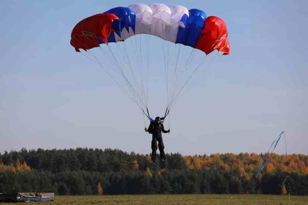 Спортсмены-парашютисты-победители-в-групповой-акробатике