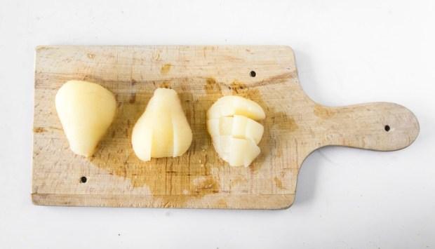 charlotte aux poires- couper les poires