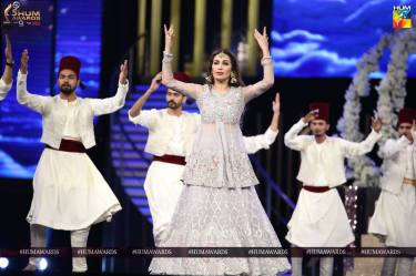 reema khan hum awards 2017 performance 1
