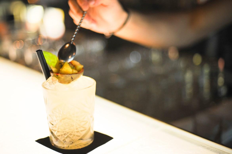 mama shelter cocktail barman