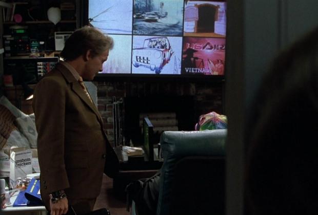 Geleceğe Dönüş II: Marty McFly oğlunun fazla televizyon izlemesinden yakınıyor.