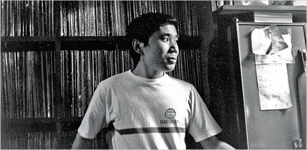 """Haruki Murakami, 1978'de """"Peter Cat"""" adlı caz barının ofisinde. (Fotoğraf: The New York Times)"""