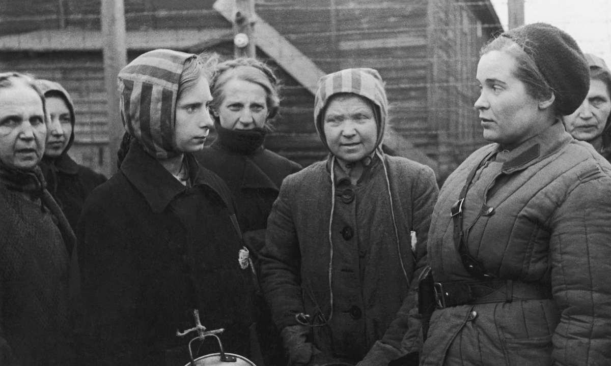 Ravensbrück'ten kurtarılan Polonyalı bir kadın Sovyet doktorla konuşuyor. Fotoğraf: Gamma-Keystone / Getty Images
