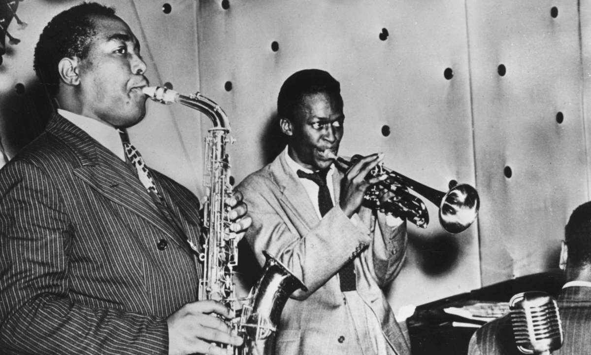 "Charlie Parker ve Miles Davis ""Three Deuces"" adlı kulüpte sahnede. New York, in 1948. Fotoğraf: Amerikadienst Godesberg/Ullstein Bild/Getty Images."