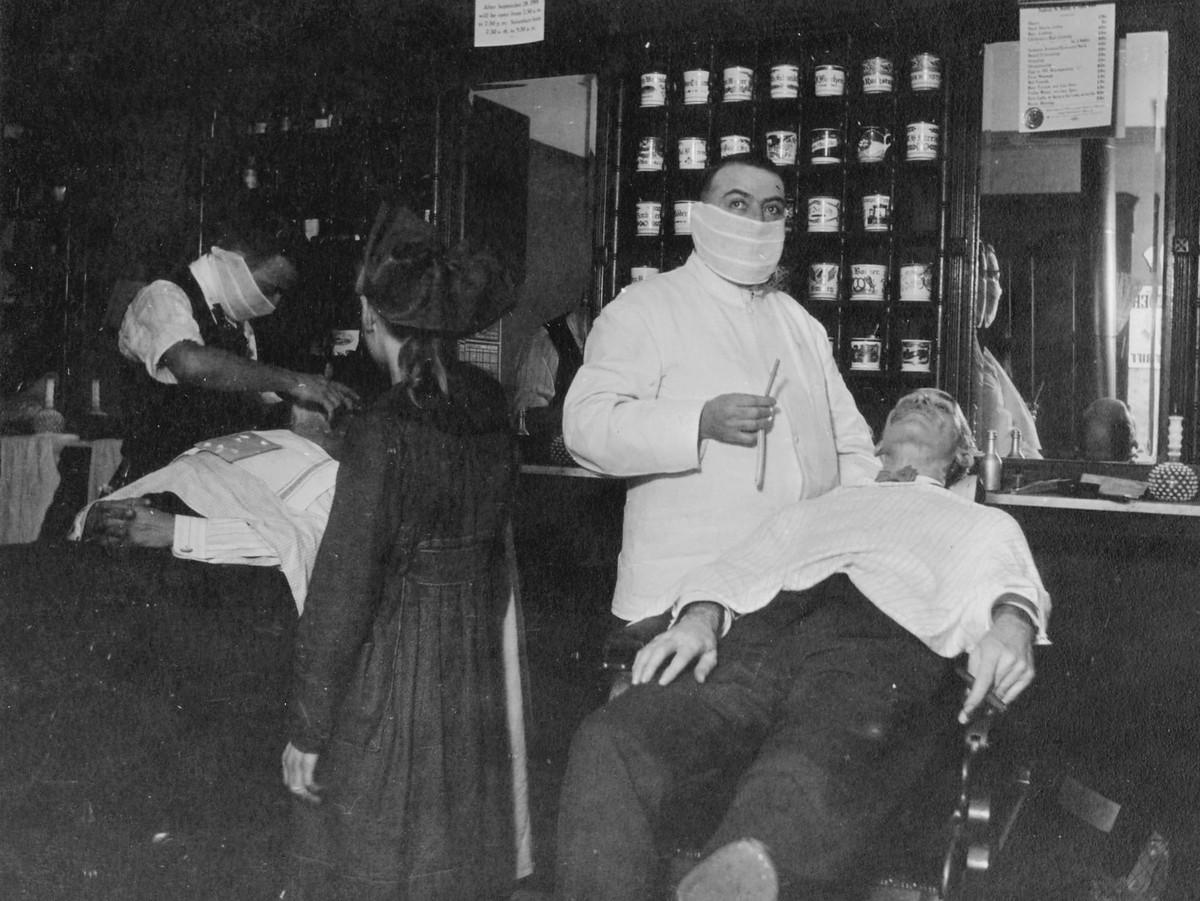 Ohio eyaletinin Cincinnati kentinde bir berber dükkanı. Fotoğraf: National Archives.