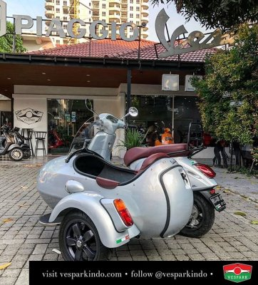 "Vespa Primavera with custom black Primavera 11"" wheel"