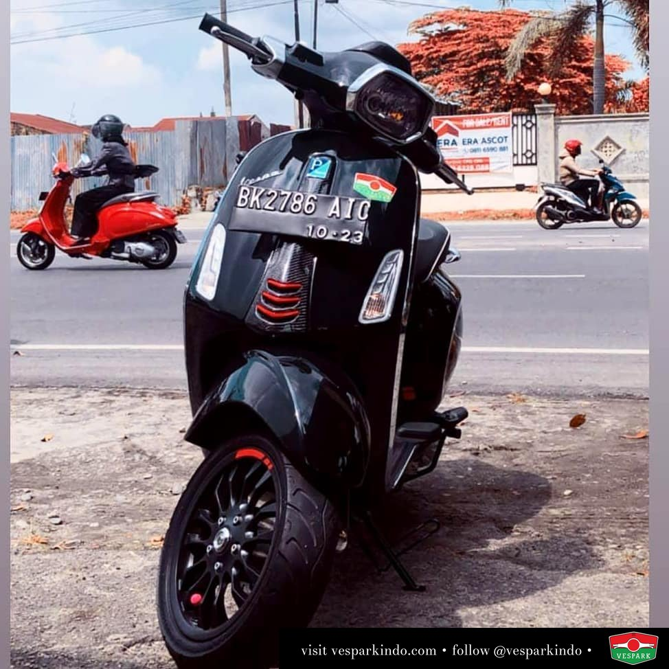 Vespa Sprint red and black carbon @_andyyritongaaa .