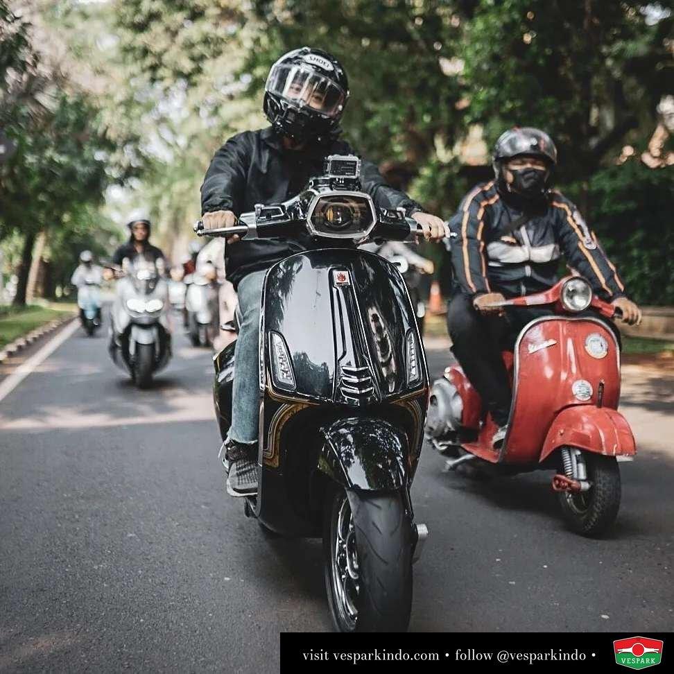Ride black  Live More Ride Vespa Saatnya anda miliki scooter matic legendaris Vespa!  Geser untuk lihat genuine aksesoris Vespa @vesparkindo dan lihat sorotan utk paket promo aksesoris   Tersedia penawaran leasing/kredit menarik untuk semua tipe Vespa. Cek info di web, link di bio  Hubungi dealer resmi Vespark Piaggio Vespa Medan Sumut @vesparkindo untuk pesanan Medan, Aceh, Riau dan Sumut Dealer tetap buka selama liburan silakan WA 0815-21-595959 untuk appointment, jam buka dan DM utk brosur terbaru  Kunjungi: VESPARK: Piaggio Vespa 3S ShowPark Jln Prof HM Yamin No.16A (simpang Jln Jawa)  Medan Telp. 061-456-5454 Cek IG @vesparkindo   feature @gihzapaturusi