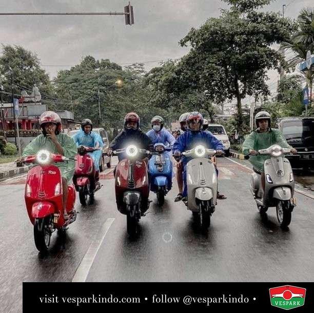 Ride together  Live More Ride Vespa Saatnya anda miliki scooter matic legendaris Vespa!  Geser untuk lihat genuine aksesoris Vespa @vesparkindo dan lihat sorotan utk paket promo aksesoris   Tersedia penawaran leasing/kredit menarik untuk semua tipe Vespa. Cek info di web, link di bio  Hubungi dealer resmi Vespark Piaggio Vespa Medan Sumut @vesparkindo untuk pesanan Medan, Aceh, Riau dan Sumut Dealer tetap buka selama liburan silakan WA 0815-21-595959 untuk appointment, jam buka dan DM utk brosur terbaru  Kunjungi: VESPARK: Piaggio Vespa 3S ShowPark Jln Prof HM Yamin No.16A (simpang Jln Jawa)  Medan Telp. 061-456-5454 Cek IG @vesparkindo   Feature @rcs.idn