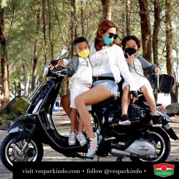 Family ride  Live More Ride Vespa Saatnya anda miliki scooter matic legendaris Vespa!  Geser untuk lihat genuine aksesoris Vespa @vesparkindo dan lihat sorotan utk paket promo aksesoris   Tersedia penawaran leasing/kredit menarik untuk semua tipe Vespa. Cek info di web, link di bio  Hubungi dealer resmi Vespark Piaggio Vespa Medan Sumut @vesparkindo untuk pesanan Medan, Aceh, Riau dan Sumut Dealer tetap buka selama liburan silakan WA 0815-21-595959 untuk appointment, jam buka dan DM utk brosur terbaru  Kunjungi: VESPARK: Piaggio Vespa 3S ShowPark Jln Prof HM Yamin No.16A (simpang Jln Jawa)  Medan Telp. 061-456-5454 Cek IG @vesparkindo   @ekahimee