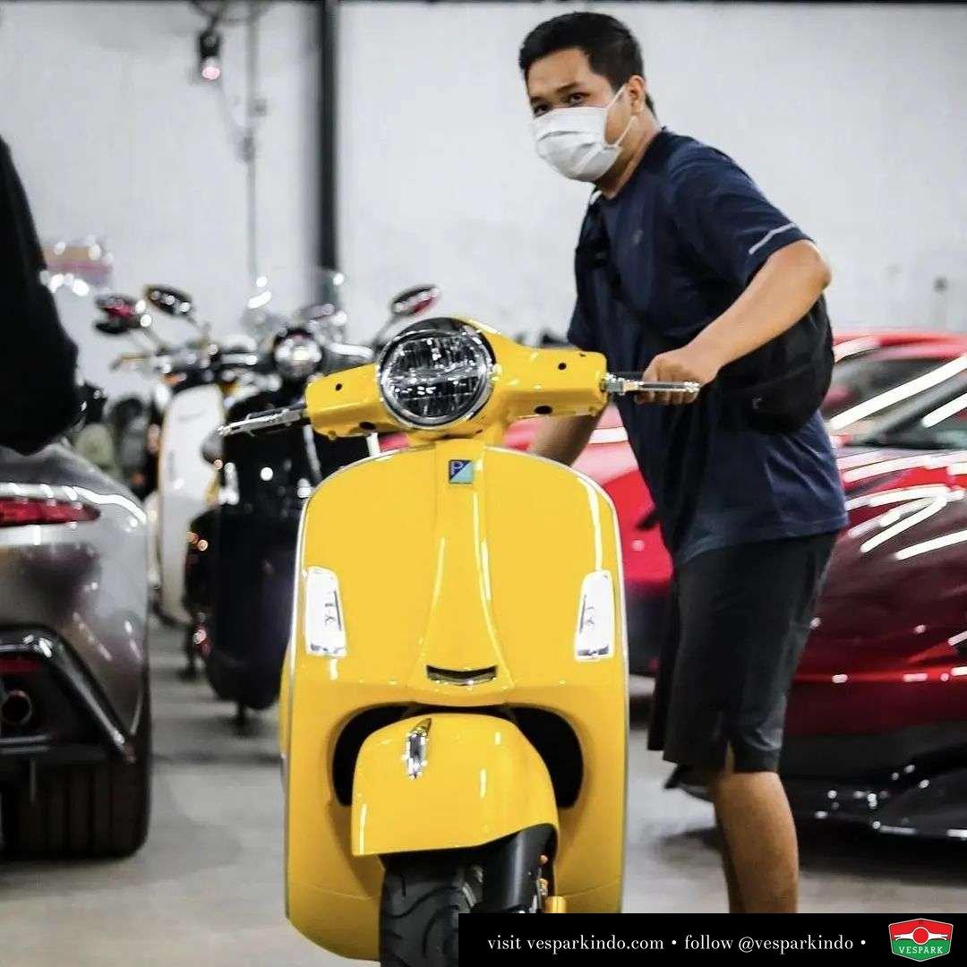 Yellow custom Vespa GTS  Live More Ride Vespa Saatnya anda miliki scooter matic legendaris Vespa!  Geser untuk lihat genuine aksesoris Vespa @vesparkindo dan lihat sorotan utk paket promo aksesoris   feature @mrlemon69