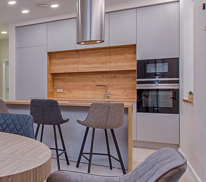 Modern kitchen with veneer wood backsplash